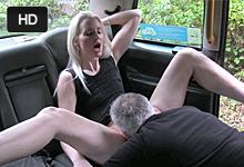 Neverná blondína vymení análny kolík za taxikárov penis! (Lexi Lou)