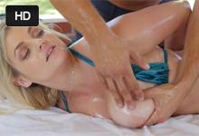 Neverná blondínka Katy Jane si na dovolenke vášnivo zašuká s hotelovým masérom