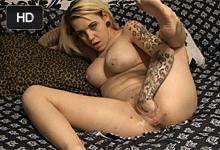 Potetovaná blondínka predvádza fisting vagíny na posteli