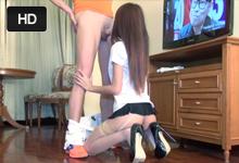 Sexuálny turista  análne porno s thajskou prostitútkou v kostýme upratovačku