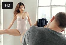 20-ročná americká modelka Leah Gotti romanticky súloží so svojim dvorným fotografom