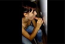 Gloryhole Ryšavá kráska fajčí penisy v českom porno-kine!