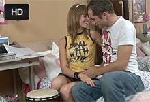 Násťročná hudobníčka si zaspieva pri tvrdom análnom sexe so spolužiakom