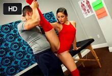Ohybná gymnastka Abella Danger šuká s priateľom - masérom v akrobatických polohách