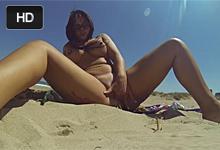 Prsnatá Latina si vyprstuje kundičku na piesočnej pláži!
