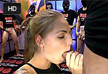 Sexi blondínka Bibi Moan sa nechá hromadne vytrtkať a postriekať na nemeckej gang bang párty