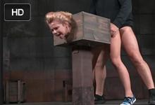 Dvaja chlapi sa podelia o blonďavú štetku v drevenej krabici – BDSM porno