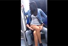 Cestujúci v metre mobilom natočil rozvášnený pár pri erotických hrách