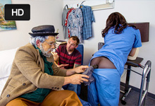 Dôchodca fantazíruje o pohlavnon styku s prsnatou ošetrovateľkou! (Erik Everhard a Luna Kitsuen)