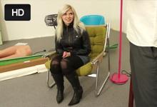 23-ročná blondínka Radka trtká s fotografom v ateliéri – české porno
