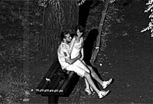 Bezpečnostná kamera natočí nočný sex na lavičke v parku