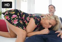 Blonďavá mamina orálne poteší dcérinho priateľa! (Maya Devine)