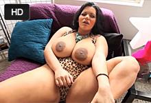 Kubánska prsaňa Angelina Castro orálne ukojí penis po vášnivej masturbácii