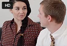 Mladý kravaťák vytrtká zrelú manželku svojho kolegu
