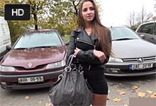 Zahraničná študentka si cestou z párty zatrtká s cudzincom na zadných sedadlách – české porno