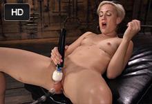 Blonďavá milf Dylan Ryan ejakuluje na masturbačnom stroji - squirt porno