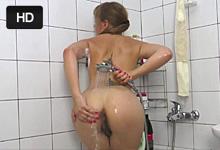 Lexie si rozdráždi chlpatú pipinku prúdom vody