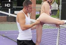 Necudná študentka trtká s mladým telocvikárom na tenisovom kurte (Kristen Scott a Danny Mountain)