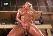Blonďavá milf Ariel X zažije extrémny squirt s masturbačným strojom