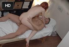 Mladá ryšavka zvedená masérom pred skrytou kamerou – české porno