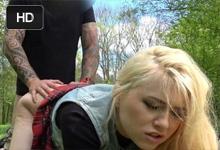 Public Agent Blonďavá študentka Misha Cross súloží za prachy na tráve!