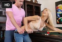 Atraktívna blondína jebe s nevlastným synom na biliardovom stole! (Laura Bentley)