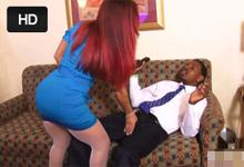 Prsnatá milf si zašuká s černošským prevádzkárom hotela