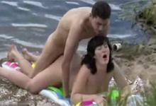 Skrytý kameraman zachytí súlož rozvášneného páru pri vode!