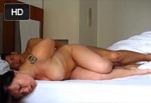 Amatérske porno s prsnatou priateľkou v hotelovej izbe