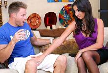 Americký mladík fikne atraktívnu matku svojho kamaráta! (Stephani Moretti a Levi Cash)