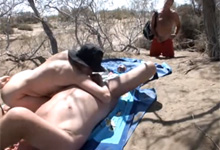 Blonďavá amatérka vyfajčí na pláži manžela pred náhodným okoloidúcim