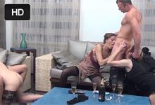 Zvrhlé orgie Muž vyruší opitú manželku pri lesbických hrách s kamarátkami!